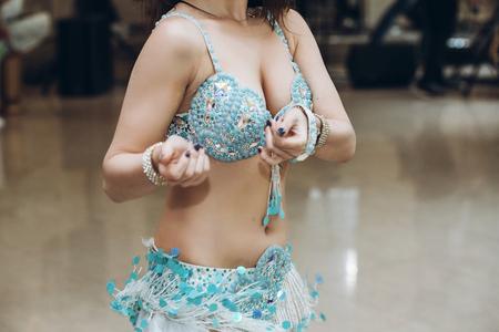 性的なベリー ダンサー。 東部の踊り。東ダンスを実行する青い服装の女性。 レストランでの結婚披露宴で踊る美しい女性。プログラムを表示しま 写真素材
