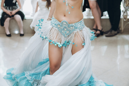 oosters dansen. sexy vrouw in blauw kostuum uitvoeren oosterse dans. buikdanser. Mooie vrouw dansen bij de receptie in het restaurant Stockfoto