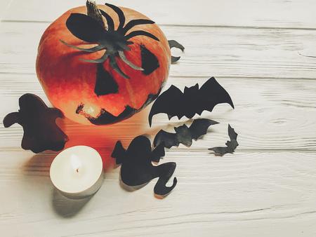 ハロウィーン。魔女ゴースト バットと木製白地黒スパイダー飾りカボチャのジャック ランタン。秋の休日のお祝いのための単純な排気切替器。季節