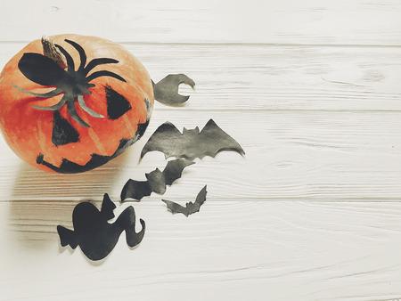 ハロウィーン。魔女ゴースト バットと木製白地上面の黒いクモ装飾カボチャのジャック ランタン。季節のご挨拶。幸せなハロウィーンの概念、休日