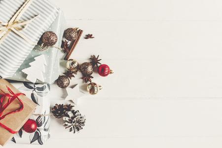 Konzept der frohen Weihnachten. stellt sich mit Verzierungskiefernkegelanis auf Draufsicht des rustikalen weißen hölzernen Hintergrundes, Raum für Text dar. saisonale Grußkarte. schöne Ferien