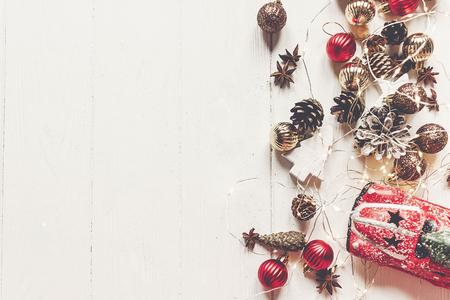 vrolijk kerstfeest concept, plat lag. moderne ornamenten, auto speelgoed met boom, anijs kegels en lichten op rustieke witte houten bovenaanzicht, ruimte voor tekst. seizoensgroeten. fijne vakantie. xmas kaart