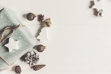 Concepto de feliz Navidad, endecha plana. regalos con estilo con anís de los ornamentos de los andes en la visión superior de madera blanca rústica, espacio para el texto. saludos estacionales. felices vacaciones. tarjeta de Navidad Foto de archivo - 89426459