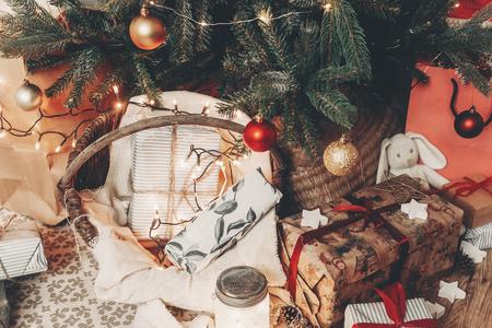 joyeux Noël et bonne année concept. salle festive avec arbre de Noël avec des lumières, espace pour le texte. cadeaux et cadeaux sous l'arbre. joyeuses fêtes Banque d'images