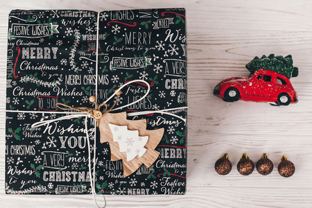 세련 된 래핑 된 선물 상자 상위 뷰, 장신구와 차 나무와 장난감. 메리 크리스마스와 행복 한 새 해 개념입니다. 편평하다. 계절 인사, 해피 홀리데이