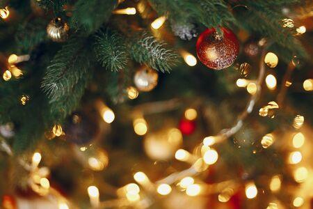 bel arbre de Noël élégant avec des lumières de la guirlande et des ornements d'or. espace pour le texte. salutations saisonnières, joyeuses fêtes. Joyeux Noël et bonne année concept.