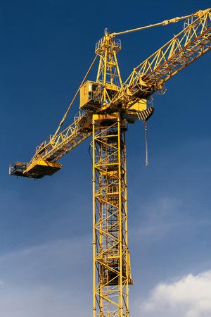 青空を背景に建設クレーンタワー。 写真素材