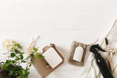 concept de mode de vie durable, pose à plat. brosse à dents en bambou écologique naturel, savon à la noix de coco, détergent artisanal, déodorant en cristal, luffa, bâtons d'oreille en bambou. sans plastique. Zero gaspillage