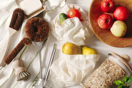 concept de mode de vie durable. Zero gaspillage. Savon et pinceaux écologiques à la noix de coco pour laver la vaisselle, pailles en métal, granola en verre, sacs écologiques avec fruits, pose à plat. articles sans plastique.