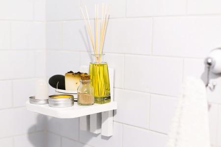 Concetto di bagno a rifiuti zero. Eco shampoo naturale in lattina di metallo, deodorante, sapone e polvere ayurvedica ubtan in vetro su mensola in legno in bagno, articoli senza plastica. Stile di vita sostenibile