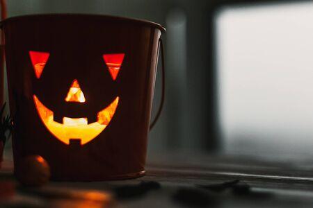 Glowing Jack-o-lantern head in dark. Happy Halloween. Jack o lantern glowing face pumpkin on black Banque d'images - 129713164
