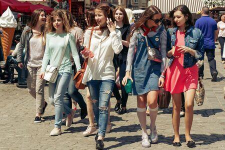 beaucoup de jeunes femmes heureuses marchant parlant sur fond de vieille rue de la ville européenne, élégantes filles hipster s'amusant, moments de bonheur, concept d'amitié