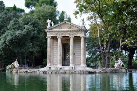 aesculapius: Templo de Esculapio refleja en el agua Editorial