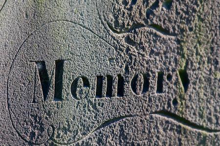 Desvanecimiento de la memoria. Inscripción en lápida ancestral grave. Memoria distante que se desvanece. El olvido y el problema de salud mental relacionado con la edad representado por un enfoque selectivo en la memoria antigua. Foto de archivo