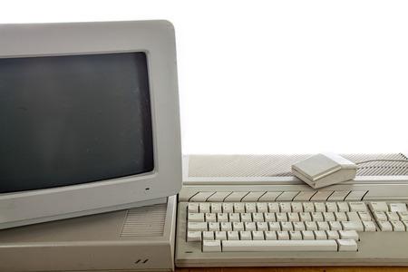 Sistema informático de oficina en casa vintage sucio. Tecnología informática retro obsoleta. Monitor crt antiguo, unidad de disco duro, teclado y mouse en mal estado.