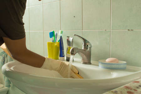 House works, clean the sink with gloves, water and detergent