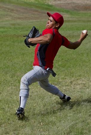 strong base: Giocatore di baseball lancia una palla con la forza Archivio Fotografico