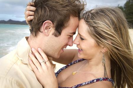 luna de miel: Una pareja joven y bella obtener rom�ntica en la playa en Hawai Foto de archivo
