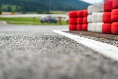 torres de alta tension: Educación coches formación escolar, Barrera de neumáticos en el primer plano