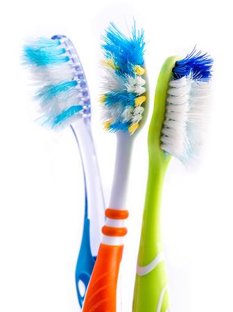 Régi használt színes fogkefék elszigetelt fehér háttér