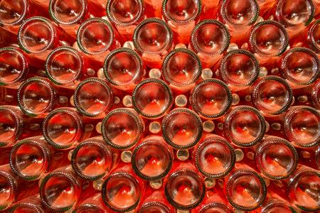 Een rij van champagneflessen - Wijnkelder Flessen wijn voorraad opgeslagen in een wijnkelder