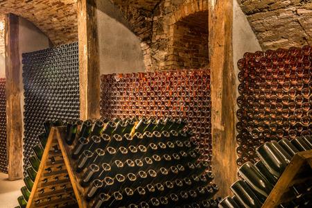 Wijnkelder, een rij van champagne flessen Stockfoto - 27906786
