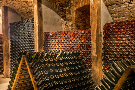 http://us.123rf.com/450wm/sonsam/sonsam1404/sonsam140400010/27906786-winiarnia,-rz%C4%85d-butelek-szampana.jpg?ver=6