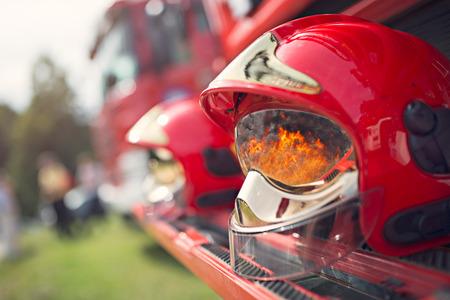 소방관 헬멧 바이저에 화재의 반사