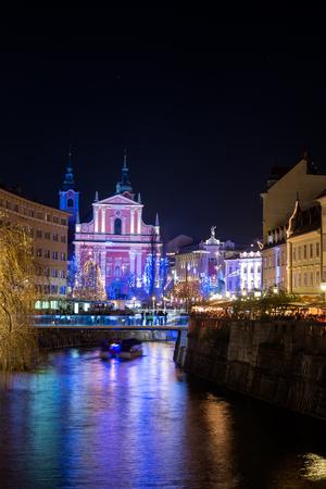 Panoráma Szent Ferenc templom és Preseren tér, díszített Karácsony és Szilveszter szabadság, Ljubljana, Szlovénia Stock fotó