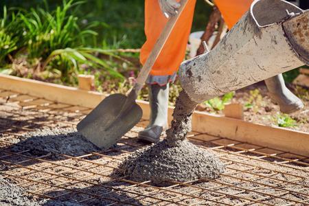 건물의 상업용 콘크리트 바닥재 중 콘크리트 붓기