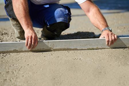 Worker dekvloer cement vloer met chape