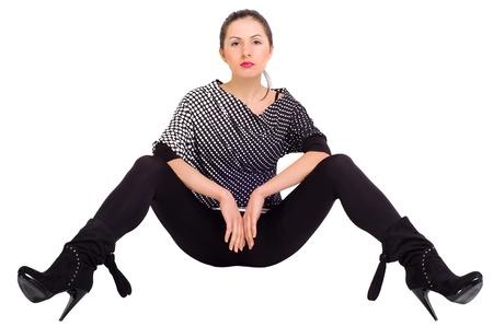 legs apart: Muchacha atractiva que presenta con las piernas separadas