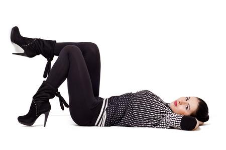 美しい若い女性は床に横たわって