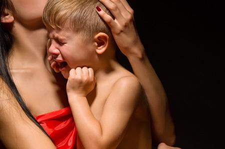 Portrait eines schreienden Kindes auf die Mutter