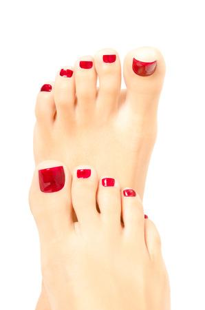 白い背景で隔離赤いペディキュア美しい女性の足 写真素材