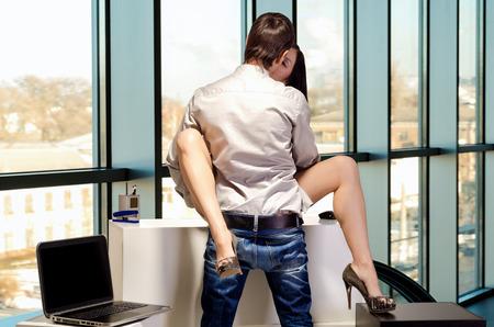 vrijen: Young Business paar zijn seks op de werkvloer Stockfoto