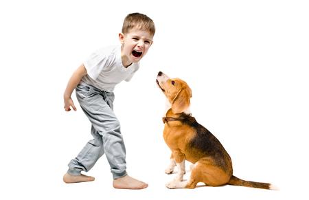 Boze jongen die aan zijn hond schreeuwt, geïsoleerd op een witte achtergrond