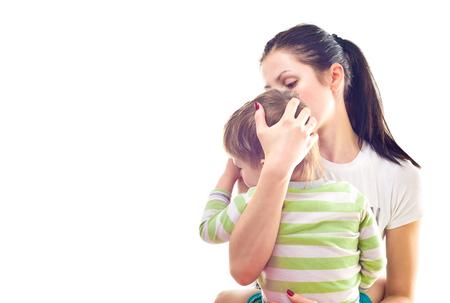 Portret van moeder kalmeert een huilende zoon