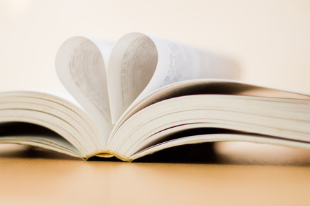 Opened a book with heart shaped page 版權商用圖片