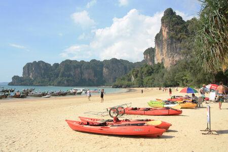 reiste: Krabi, Thailand, December 15,2013 Viele Menschen reisten nach Railay Beach, die ber�hmten Sehensw�rdigkeiten von Thailand Editorial
