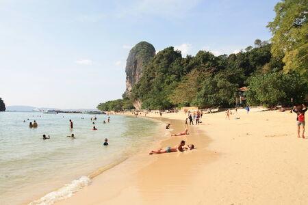 railey: Krabi, in Thailandia, dicembre 15,2013.Many gente viaggiato a Railey Beach, le famose attrazioni della Thailandia Editoriali