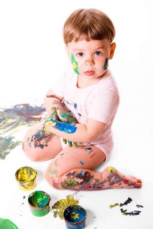 manos sucias: Retrato de ni�a con pintura de colores. Aislado en fondo blanco.