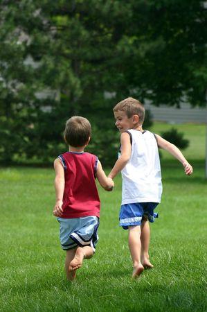 ni�os ayudando: Boys Atletismo  Foto de archivo