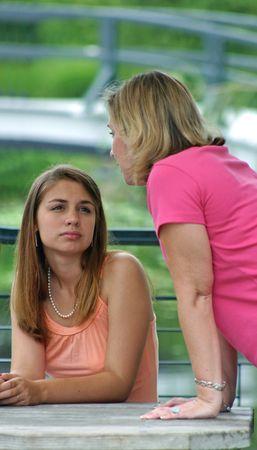 discutere: Mom che comunica con la figlia