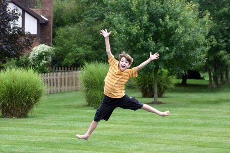 ni�o saltando: El muchacho que salta en Trampoline