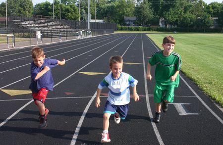 Kids Running op Track Stockfoto