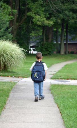 ni�os caminando: Muchacho que camina a la parada de autob�s