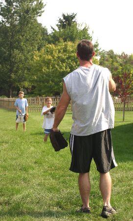 Padre jugando pelota con hijos  Foto de archivo - 538890