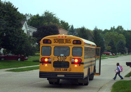 fermata bus: Bambino salire su autobus Archivio Fotografico