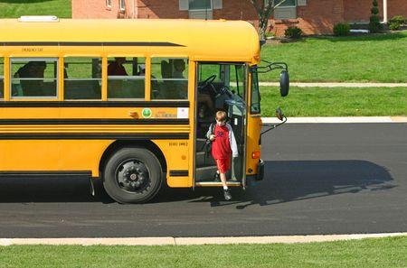 fermata bus: Ragazzo scendendo bus